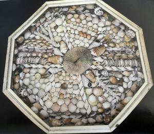 Marco octogonal dorado, collage de Conchas de tonos pálidos, obra de un particular.?